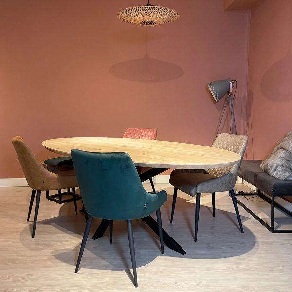 eiken houten eet tafel ovaal sfeer met stoelen Dami living